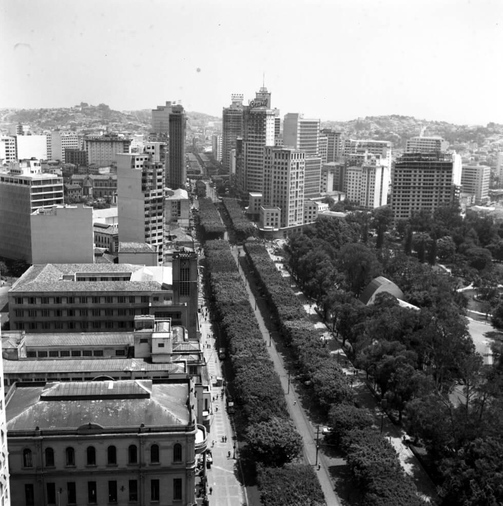 Vista aérea da avenida Afonso Pena, mostrando parte do parque Municipal e edifícios diversos.
