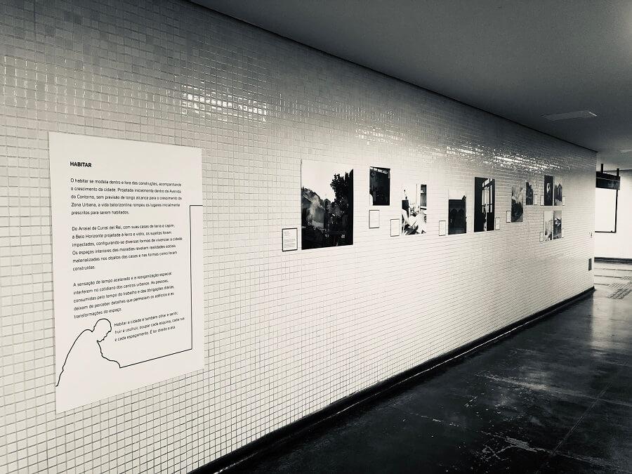 Corredor da Estação Central com texto e fotos pregadas na parede.
