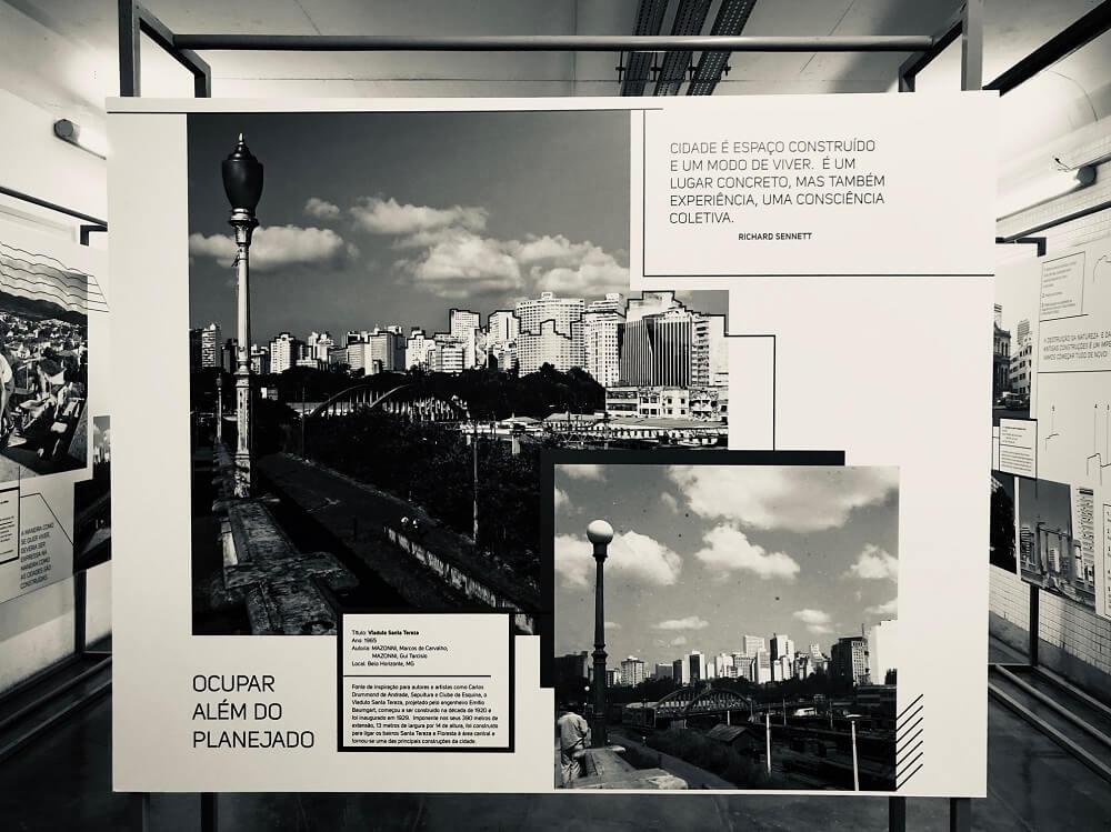 Totens na galeria do Espaço Cultural CBTU, mostrando fotos de ontem e hoje do Viaduto Santa Tereza.