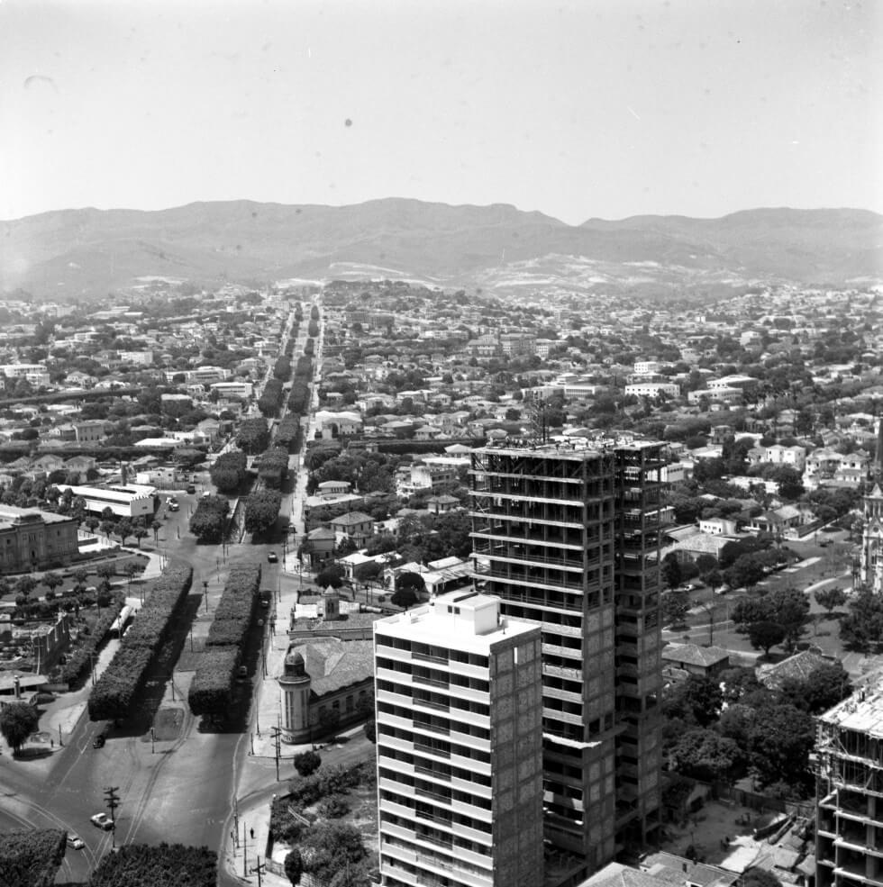 Vista aérea de BH, mostrando edifícios em construção e avenida Afonso Pena ainda com as árvores ficus.