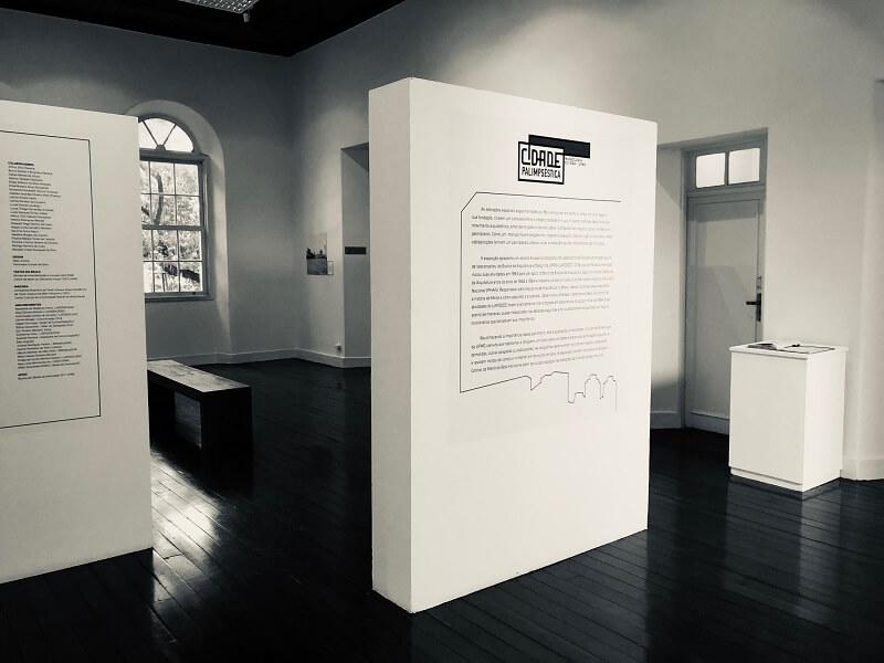 Painel com texto principal da exposição.
