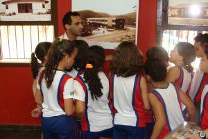 Crianças em um museu
